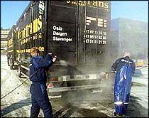 Alle kjøretøyene som kom med ferja fra Storbritannia til Kristiansand ble i formiddag desinfisert. (Foto: NRK)