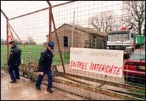 Franske politimenn stenger porten ved en tidligere militærleir nær Poitiers, som nå brukes til å holde sauer med mistenkelige symptomer under karantene. (Foto: Scanpix/AP)