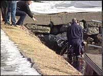 Liket ble i ettermiddag hentet opp av elva (Foto NRK)