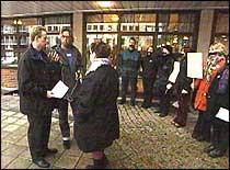 Demonstranter møter Terje Søviknes utenfor rådhuset (foto: NRK).