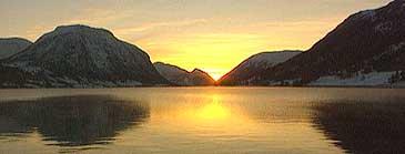 Solnedgang ved Jølstravatnet. (Foto: NRK)