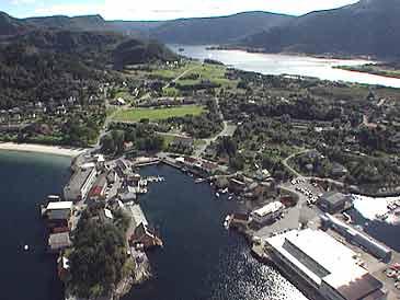 Sentrum i Selje kommune med Seljesanden til venstre og Saga Trading til høgre.