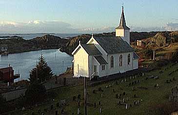 Kyrkja og kyrkjegarden på Husøy. (Foto: Asle Veien, NRK)