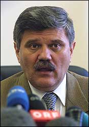 - Slobodan Milosevic vil forbli i husarrest inntil han går med på å stille opp for en dommer, sa innenriksminister Dusan Mihajlovic på en pressekonferanse i Beograd i dag. (Foto: Scanpix/Reuters)