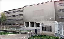 Tidligere president Slobodan Milosevic ble fraktet til dette fengselet i Beograd i morges. (Foto: Scanpix/Reuters)
