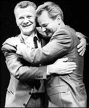 Slobodan Milosevic (høyre) holder rundt Ivan Stambolic i et bilde fra juni 1986. (Foto: Scanpix/AP)