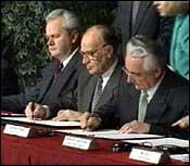 Milosevic gikk med på fredsavtalen i USA. (Arkivfoto)
