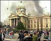 Etter omfattende protestaksjoner må Milosevic innrømme valgnederlaget. (Arkivfoto)