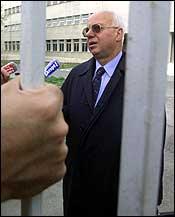 Toma Fila, Milosevics advokat, snakket i ettermiddag med reportere utenfor fengselet hvor den tidligere presidenten sitter arrestert. (Foto: SCANPIX/EPA)