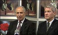 Thorbjørn Jagland er medlem i Mitchell-kommisjonen. Her er han sammen med Israels utenriksminister Shimon Peres. (NRK-foto)