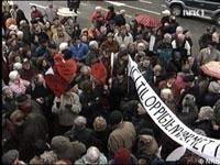 Eldre demonstrerer mot kjøkkenreformen utenfor rådhuset i Bergen 2. april 2001.