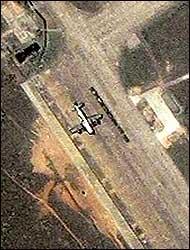 Et bilde tatt fra Ikonos-satellitten 9. april 2001 viser det amerikanske flyet som står parkert på den kinesiske militærbasen på Hainan-øya. (Foto: Reuters/Spaceimaging)