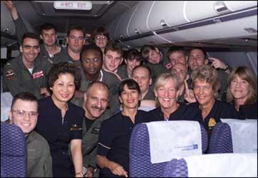 Mannskapet på det amerikanske spionflyet poserer sammen med flybesetningen på flyet som skal frakte dem til Guam. (Foto: AP/Scanpix)
