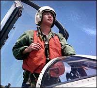 Kina har avsluttet søket etter den savnede jagerflypiloten Wang Wei, som kolliderte med et amerikansk overvåkningsfly 1.april Her er et udatert bilde av den kinesiske piloten. (Foto: Scanpix/AP/Xinhua)