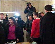 Per og Veronica Orderud hadde på forhånd samtykket i fotografering inne i rettslokalet før retten ble satt. (Foto: NRK)
