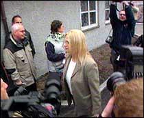 Kristin Kirkemo Haukeland var den første tiltalte som kom. Hun var også den eneste av de tiltalte som lot seg filme utenfor rettslokalet. (Foto: NRK)