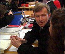 Advokat Frode Sulland prater med sin klient Veronica Orderud før retten settes. (Foto: NRK)