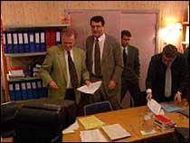 Advokatene Tor Kjærvik (venstre) og Cato Schiøtz pakker ut dokumenter før retten settes. (Foto: NRK)