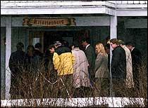 I ettermiddagen reiste retten på befaring til kårboligen på Orderud gård. De eneste av de tiltalte som ble med var Kristin Kirkemo Haukeland. (Foto: Scanpix)
