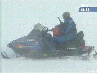 Skuterkjører som fyller bensin i fart, for å unnslippe politiet. (Foto: NRK)