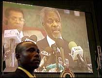 FNs generalsekretær Kofi Annan på storskjermen under åpningan av aidskonferansen i Nigerias hovedstad Abuja torsdag. Nærmere 50 statsoverhoder fra Afrika deltar. (Foto: AP/SCANPIX)