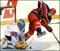 Jonas Nordgren hadde mange gode redninger mot Russland. Her utfordres han av Aleksander Kuvaldin (Foto: AP).