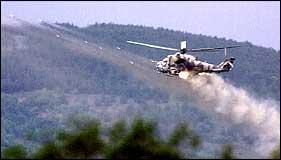Et makedonsk helikopter skyter mot albanske stillinger i landsbyen Vaksince (Foto: Scanpix)