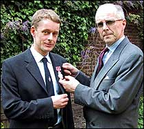 Briten Nicholas McWilliam ble tildelt Medaljen for edel dåd under en tilstelning i den norske ambassaden i London av ambassadør Tarald Brautaset. (Foto: Scanpix/Trine Andersen)