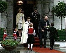 Kongeparet feiret sin siste 17.mai som beboere på Skaugum, og mottok som vanlig hilsener fra bygdefolket. (NRK-foto)