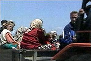 Sivile flykter nå fra landsbyer som blir holdt av opprørsgeriljaen nord i Makedonia.