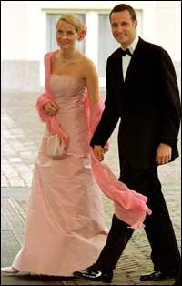 Kronprins Haakon og Mette-Marit Tjessem Høiby pyntet og klar for bryllupsweekend i Haag. Foto: Scanpix