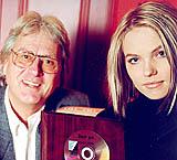 Lene Marlin var beste artist på Norsktoppen i 1999 og fikk heder av Norsktoppen og Kristian Lindeman. (Foto: Jens Sølvberg)