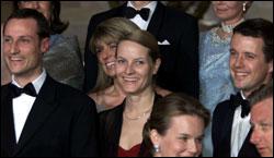 Kronprins Haakon, Mette-Marit Tjessem Høiby og Danmarks kronprins Frederik feiret storhertug Henri av Luxembourgs overtakelse av tronen i april (Foto: Scanpix).