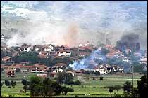 Flere hus brenner (Foto: Scanpix/Reuters)
