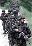 Serbiske soldater marsjerer inn i buffersonen (Foto: Scanpix)