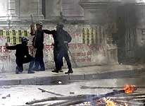 Politiet i Kathmandu bevokter palasset (Foto: Scanpix)