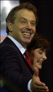 Tony Blair smiler etter å ha blitt gjenvalgt i sin valgkrets Sedgefield. (Foto: AP/Scanpix)