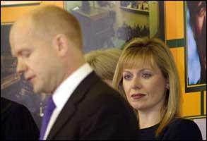 Opposisjonslederen William Hague og hans kone Ffion må innse at slaget om velgerne er tapt. (Foto: AP/Scanpix)