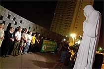 Henrettelsen av Timothy McVeigh har ført til ny debatt om døddstraff i USA. Medlemmer av bevegelsen for avskaffelse av dødsstraff foran Oklahoma City National Memorial. (Foto: AP)