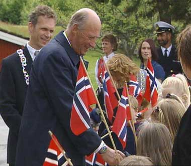 King Harald greet children in Vestefrikk Kindergarten in Sauda.