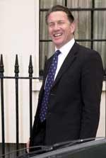 Det har lenge vært ventet at Michael Portillo, her utenfor sitt hjem i Belgravia i London, skulle stille som kandidat til ledervervet i det konservative partiet (Foto: AP).