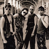 U2 er Larry Mullen Jr. (trommer), Bono (sang), Adam Clayton (bass) og The Edge (gitar)