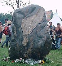 En minnestein var blitt oppført for å minnes de ni som omkom.