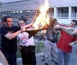Flere studenter demonstrerte mot Slobodan Milosevic ved å sette fyr på t-skjorter utenfor fengselet i Beograd. (Foto: EBU)