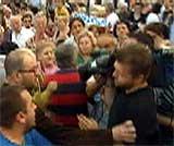 En tv-fotograf ble angrepet av rasende demonstranter. (Foto: EBU)