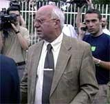 En sjokkert Toma Fila, en av Milosevics advokater, ville i går ikke snakke med journalistene utenfor fengselet i Beograd etter utleveringen. (Foto: EBU)