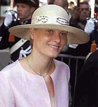 Hatten godt ned i øynene. Mette-Marit er ennå litt sjenert i omgang med europas kongelige. Prinsebryllup i Nederland, mai 2001. Foto: Scanpix