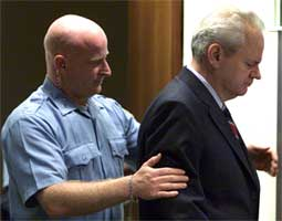 Slobodan Milosevic nektet å anerkjenne FN-domstolen og var ikke interessert i å høre tiltalen lest opp. Etter ti minutter var det hele over (Foto: Reuters).