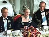 Dronning Margrethe flankert av kong Carl Gustaf ( til venstre) og prins Philip under gallamiddagen på Christiansborg 16.april 2000. (Foto: Scanpix/Keld Navntoft)