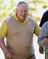 Tidligere diktator Augusto Pinochet er for syk til å stilles for retten. Her får han en hjelpende hånd under en tur på farmen hans i Bucalemu, nær Santiago, 11. mars 2001. (Foto: Scanpix/AP/Santiago Llanquin)
